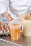 Il cuoco unico di pasticceria prepara gli ingredienti Immagini Stock Libere da Diritti