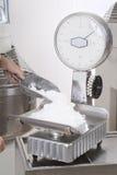 Il cuoco unico di pasticceria prepara gli ingredienti Fotografia Stock