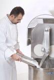 Il cuoco unico di pasticceria prepara gli ingredienti Immagine Stock