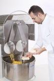 Il cuoco unico di pasticceria prepara gli ingredienti Immagini Stock