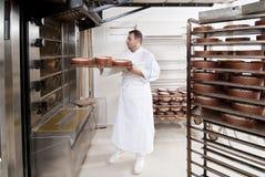 Il cuoco unico di pasticceria, toglie il panettone Fotografia Stock Libera da Diritti