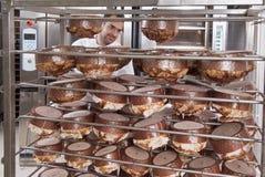 Il cuoco unico di pasticceria, toglie il panettone Fotografie Stock Libere da Diritti