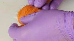 Il cuoco unico finisce di cucinare le fette sottili del rotolo di pesce Fine in su archivi video