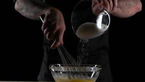 Il cuoco unico mescola le uova con lo zucchero video d archivio