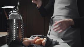 Il cuoco unico mostra l'abilità di imperioso facendo uso della roba di cucina, sbatte in mano del ` s dell'uomo, cuoco unico prof video d archivio