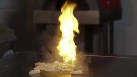 Il cuoco unico prepara il hd dei frutti di mare stock footage