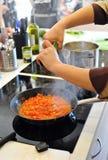 Il cuoco unico prepara i pomodori alla minestra italiana del minestrone Fotografie Stock