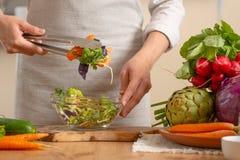 Il cuoco unico prepara un primo piano fresco e luminoso dell'insalata, su un fondo leggero Il concetto di alimento sano e sano di immagine stock libera da diritti