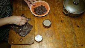 Il cuoco unico spruzza le spezie e sala il fegato del manzo o la bistecca crudo della carne sul tagliere di legno video d archivio