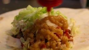 Il cuoco unico sta cucinando l'alimento messicano in ristorante, nei taci del cuoco ed in quesadille stock footage