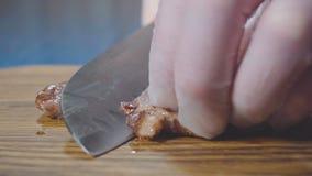 Il cuoco unico taglia la bistecca a metà video d archivio