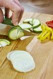 Il cuoco unico taglia le ricette di cottura complete dell'alimento di serie della cipolla del cetriolo Immagine Stock Libera da Diritti
