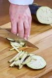 Il cuoco unico taglia le ricette di cottura complete dell'alimento di serie della cipolla del cetriolo Immagine Stock