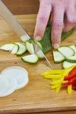 Il cuoco unico taglia le ricette di cottura complete dell'alimento di serie della cipolla del cetriolo Fotografia Stock