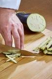 Il cuoco unico taglia le ricette di cottura complete dell'alimento di serie della cipolla del cetriolo Immagini Stock Libere da Diritti