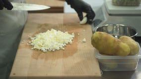 Il cuoco unico taglia le uova sul tagliere in cucina al ristorante stock footage