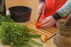 Il cuoco unico taglia le verdure in pasto Preparazione dei piatti, alimento sano Un uomo utilizza un coltello e cucina Cottura ma Immagini Stock Libere da Diritti