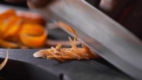 Il cuoco unico tagliuzza la carota per insalata di verdure, pasto vegetariano, alimento del vegano, cucinante l'alimento, le vita video d archivio