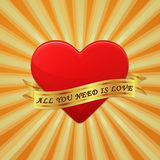 Il cuore con il nastro ed esprime tutti che abbiate bisogno di siate amore. Fotografia Stock Libera da Diritti