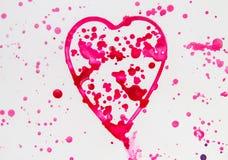 Il cuore con spruzza dell'acquerello rosso su fondo bianco, sveglio, modello, dipinto a mano immagine stock libera da diritti