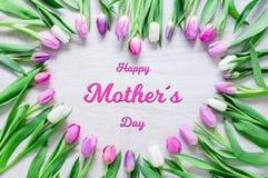 Il cuore dai tulipani fiorisce sulla tavola rustica per il giorno di madri fotografie stock