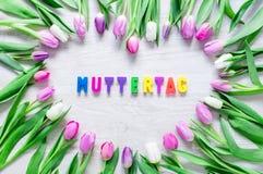 Il cuore dai tulipani fiorisce sulla tavola rustica per il giorno di madri - clo immagine stock libera da diritti