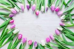 Il cuore dai tulipani fiorisce sulla tavola rustica per l'8 marzo, Internati Immagini Stock Libere da Diritti