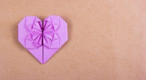 Il cuore degli origami di carta porpora su marrone ha riciclato la carta Fotografie Stock Libere da Diritti