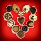 Il cuore del biglietto di S. Valentino fatto delle praline di lusso del cioccolato Immagine Stock
