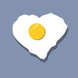 Il cuore dell'uovo fritto ha modellato il vettore su fondo blu Fotografie Stock