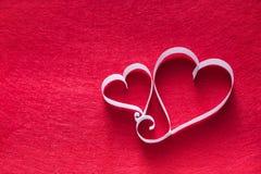 Il cuore della carta fatta a mano modella la decorazione sul fondo del feltro di rosso Immagine Stock Libera da Diritti