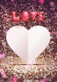 Il cuore di amore rosa 3d e del Libro Bianco modella il galleggiamento intorno ai coriandoli Immagini Stock