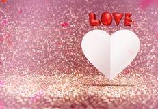 Il cuore di amore rosso 3d e del Libro Bianco modella il galleggiamento intorno ai coriandoli Fotografie Stock