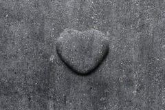 Il cuore di pietra ha scolpito nella pietra tombale fotografia stock