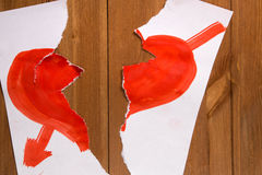 Il cuore disegnato con pittura rossa su un foglio di carta e che è Fotografia Stock Libera da Diritti