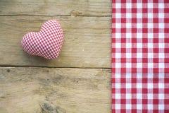 Il cuore ed il tessuto del panno con rosso e bianco hanno controllato il modello su ru Fotografia Stock