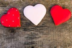 Il cuore ha modellato i biscotti per il giorno di S. Valentino sulla tavola di legno rustica immagine stock