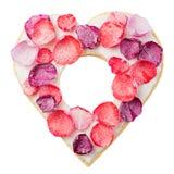 Il cuore ha modellato il biscotto lustrato decorato con i petali rosa zuccherati Isolato su bianco Vista superiore Copi lo spazio Fotografia Stock