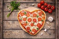 Il cuore ha modellato il concetto romantico dell'alimento di amore di margherita della pizza con la mozzarella, i pomodori, il pr Immagine Stock Libera da Diritti