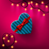 Il cuore ha modellato il contenitore di regalo del giorno di biglietti di S. Valentino con l'arco ed il nastro rossi Immagini Stock