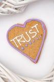 Il cuore ha modellato il pan di zenzero con testo e fondo grigio/bianco Simbolo di giorno di biglietti di S Immagini Stock Libere da Diritti