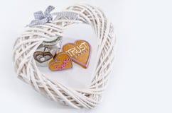 Il cuore ha modellato il pan di zenzero con testo e fondo grigio/bianco Simbolo di giorno di biglietti di S Immagini Stock