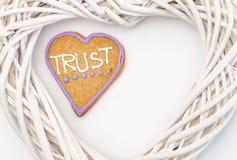 Il cuore ha modellato il pan di zenzero con testo e fondo grigio/bianco Simbolo di giorno di biglietti di S Immagine Stock