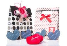 Il cuore ha modellato l'amore con il contenitore di regalo presente con fondo bianco Immagine Stock