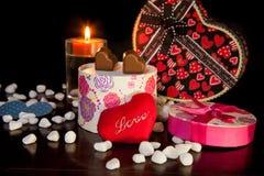 Il cuore ha modellato l'amore del cioccolato con il giorno di biglietti di S. Valentino della candela Immagini Stock Libere da Diritti