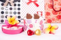 Il cuore ha modellato l'amore del cioccolato in contenitore di regalo arrotondato con il giorno di biglietti di S. Valentino del f Fotografie Stock Libere da Diritti