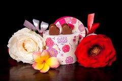 Il cuore ha modellato l'amore del cioccolato in contenitore di regalo arrotondato con il giorno di biglietti di S. Valentino del f Fotografia Stock Libera da Diritti