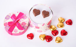 Il cuore ha modellato l'amore del cioccolato nel giorno di biglietti di S. Valentino arrotondato del contenitore di regalo Immagini Stock Libere da Diritti