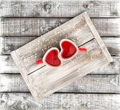 Il cuore ha modellato la carta rossa del giorno di biglietti di S. Valentino della bevanda delle tazze fotografia stock