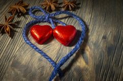 Il cuore ha modellato le caramelle rosse con il filo blu immagini stock libere da diritti